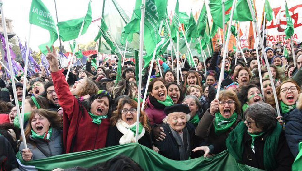 Abrazos, lágrimas y euforia  en el festejo frente al Congreso