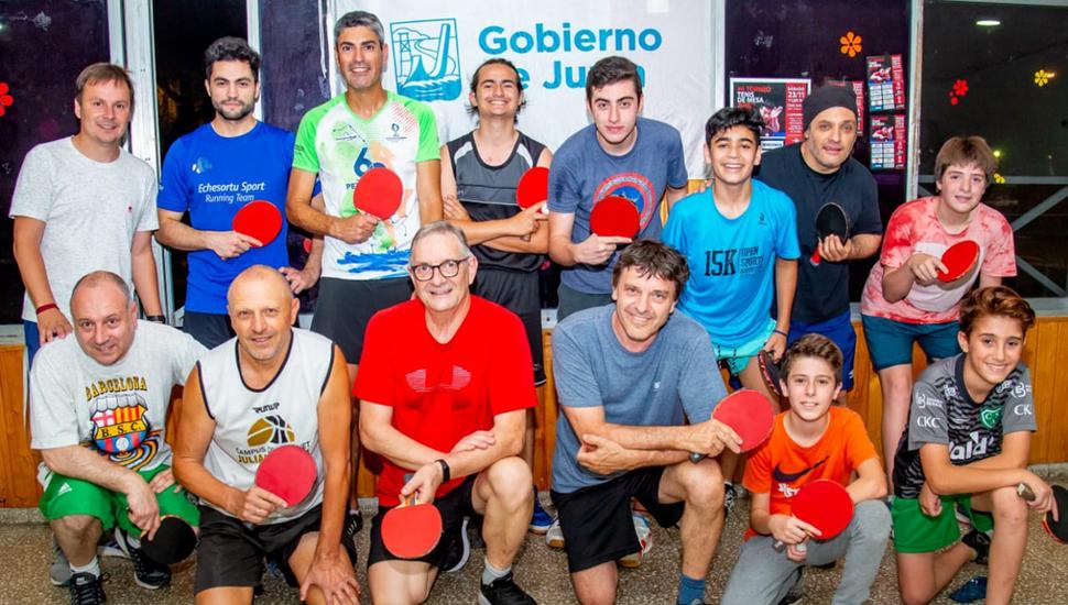 Daniel Pueyo (arriba, izquierda) junto al profesor Daniel Bergamini y jugadores que practican tenis de mesa en nuestra ciudad.