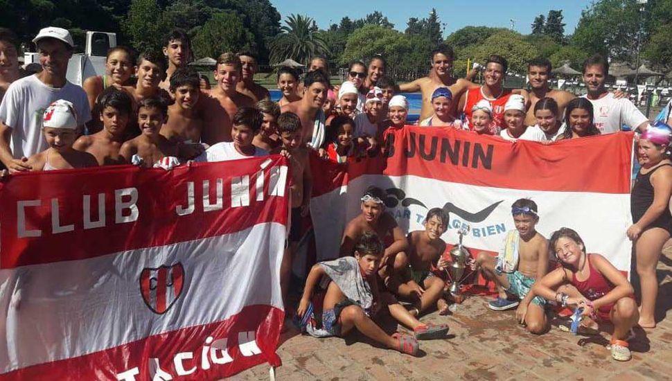 """Parte de los integrantes del equipo de natación del Club Junín, quienes mañana se van a presentar en el torneo """"Proyección 2020""""."""