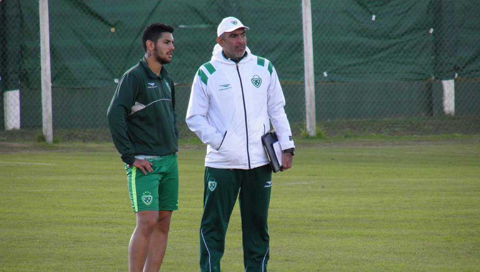 Lucas Passerini junto al entrenador Iván Delfino.