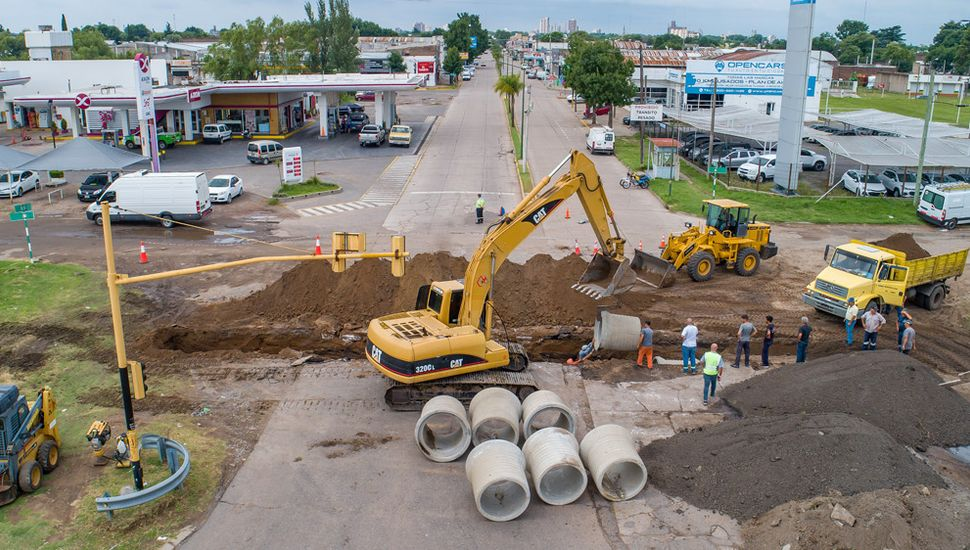Para mejorar la circulación del agua, realizan obras en el acceso de Ruta 7 y Benito de Miguel.