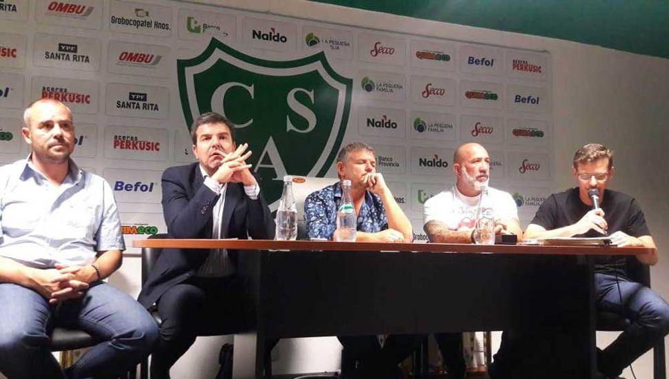 La mesa de directivos, anoche, en el Sum del club Sarmiento.