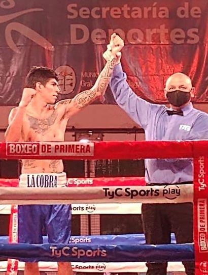 """Francisco """"La Cobra"""" Olguín es declarado ganador de la pelea realizada en General Madariaga."""