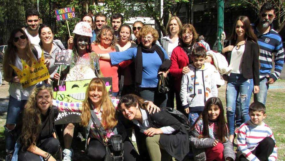 Camila Borrego Del Río festejando en el bosque platense, junto a sus padres, hermanos, amistades y compañeros de carrera.