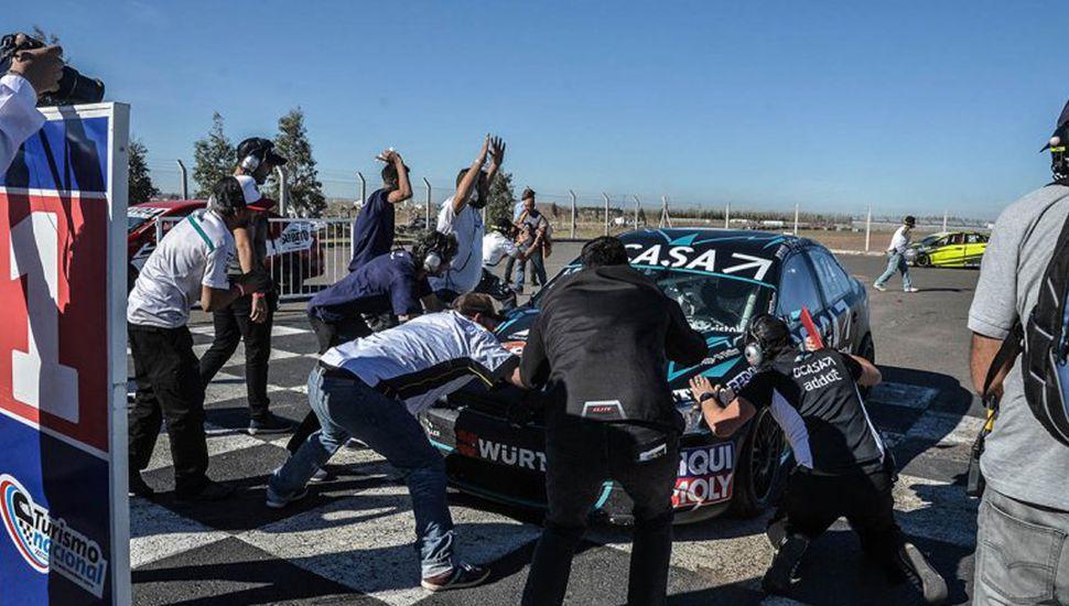 El equipo, con fervor, recibe al auto ganador de Pernía.