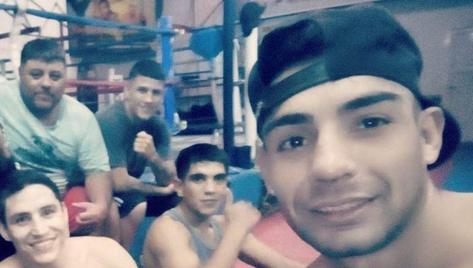 """Andrés Sosa, Ronan Sánchez y Javier Clavero (delante) junto al director técnico de los tres, Luis """"Cuty"""" Barrera y a otro pugilista."""