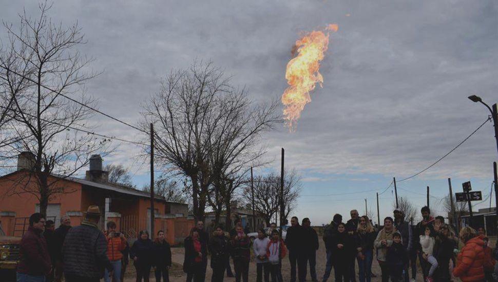 La llamarada del gas natural se pudo observar en el barrio.