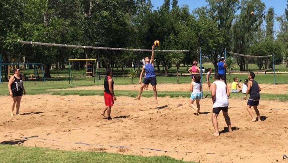 Interesantes alternativas deparó el campeonato de beach volley mixto, realizado en el Parque Municipal.