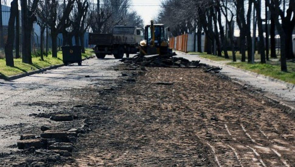 Comenzó la repavimentación de la calle de ingreso al Parque Industrial