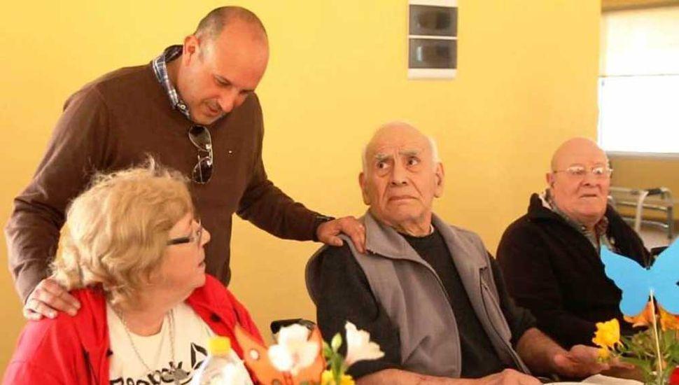 Nidia y Hugo y departiendo con el jefe comuna, junto a otro abuelo.