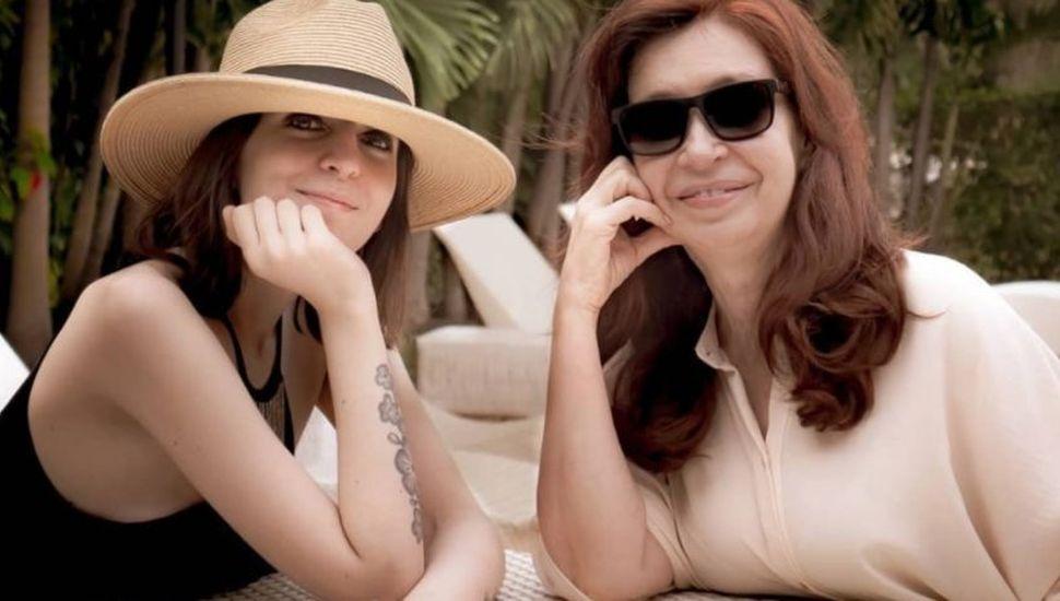 Cristina Kirchner regresa a Buenos Aires con su hija