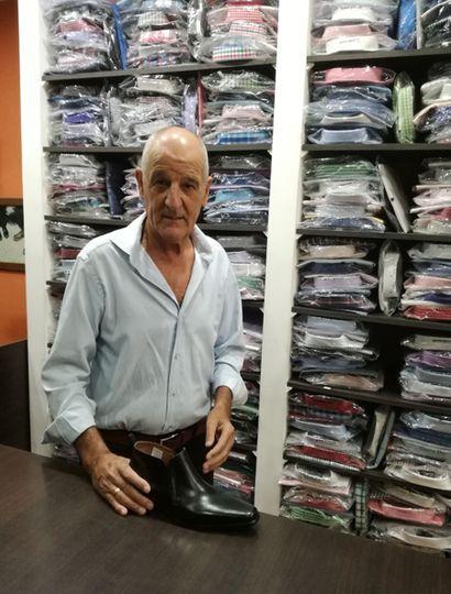Miguel Rementería lleva cincuenta años en el rubro de la venta de indumentaria masculina.