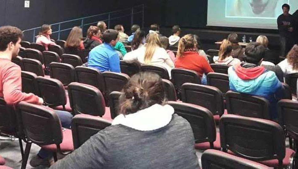 Parte de los asistentes a la charla realizada en el Centro Cultural de la localidad cabecera.