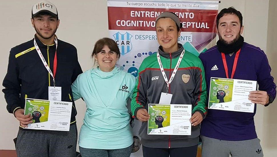 La especialista Silvina Espila junto a participantes de la capacitación.