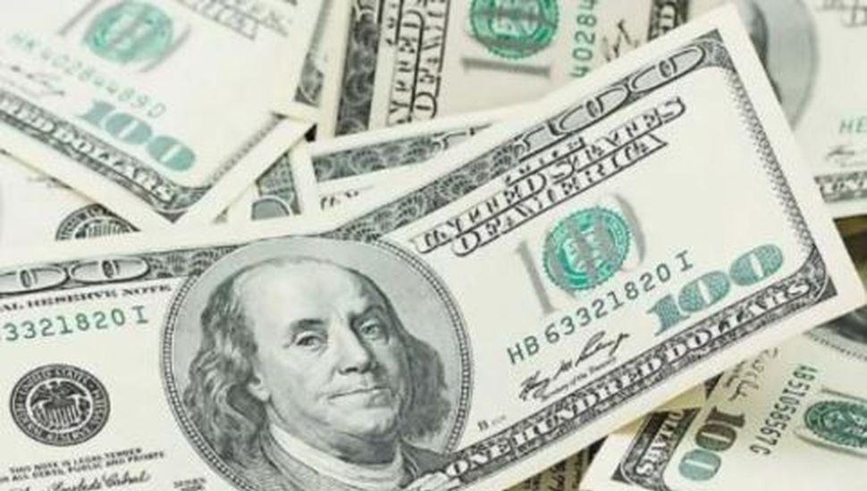 El dólar subió un peso y el Riesgo País llegó a 1.977 puntos