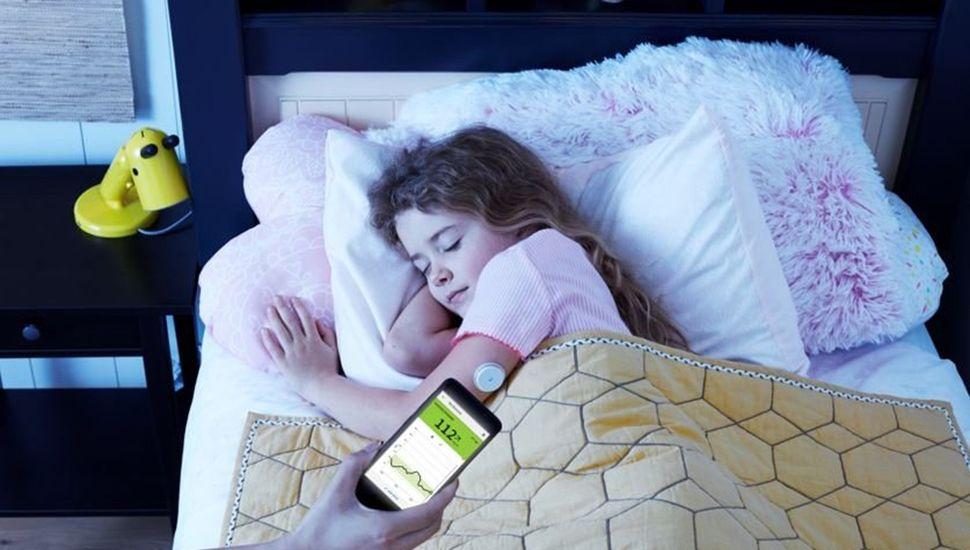 Con esta nueva aplicación, que se utiliza con el celular, la persona también puede evaluar su historial de niveles de glucosa en las últimas 8 horas.