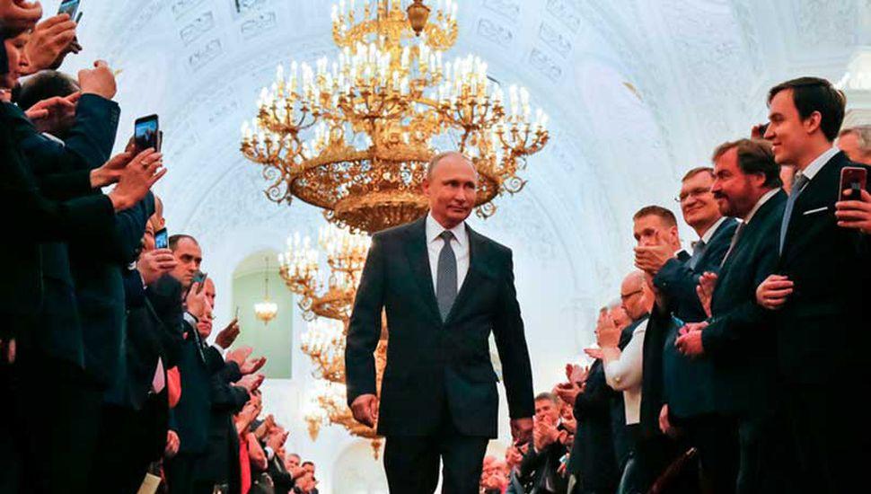 Putin asume su último mandato y renueva a Medvedev en el cargo
