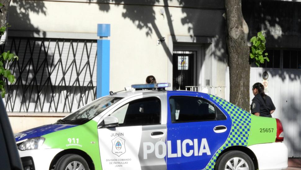 Móviles policiales, en la puerta del domicilio de la víctima.