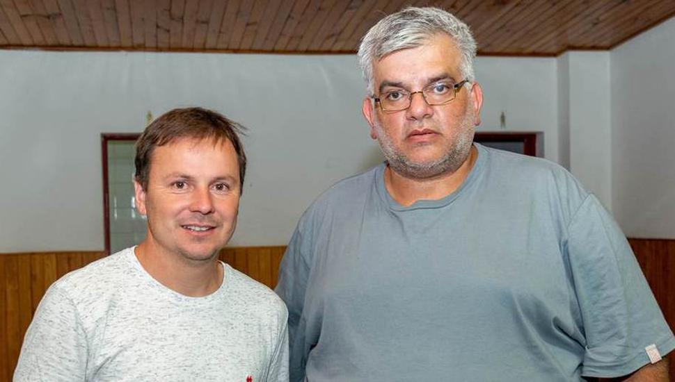 Santiago Cazaux, director de la Escuela Municipal de Ajedrez, y Daniel Pueyo (izquierda), subsecretario de Educación y Deportes, detallaron las actividades ajedrecísticas del fin de semana en Junín.