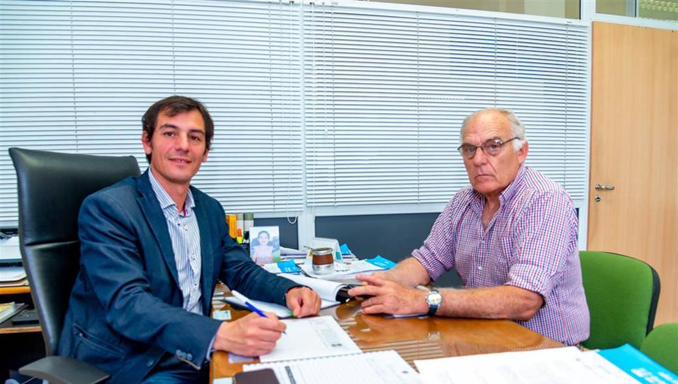 Ariel Díaz, de Hacienda, junto al ingeniero Alberto Del Solar Dorrego, de Rural Vial.