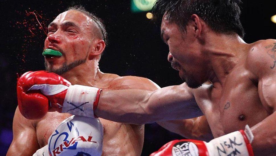 Manny Pacquiao impacta sobre el rostro de Keith Thurman.