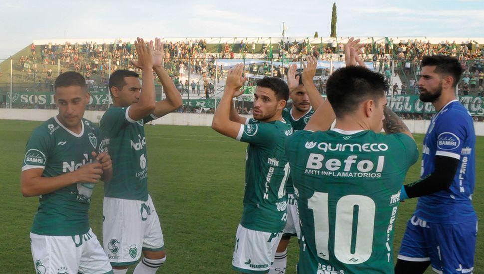 """Los jugadores de Sarmiento saludando a su público cuando jugaron aquí anta Instituto. El """"verde"""" quiere dar el golpe, mañana en Tucumán."""