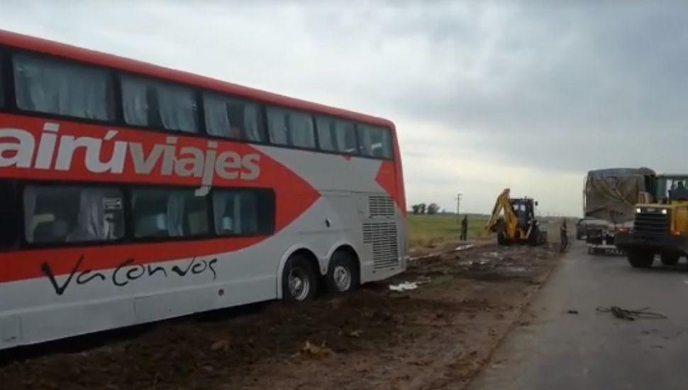 Por el viento en la ruta, en Villegas un ómnibus perdió el control y en Pinto volcó un auto