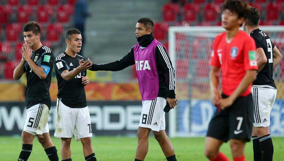 Los jugadores del Sub-20 de la Argentina se retiran derrotados, tras perder 2 a 1.