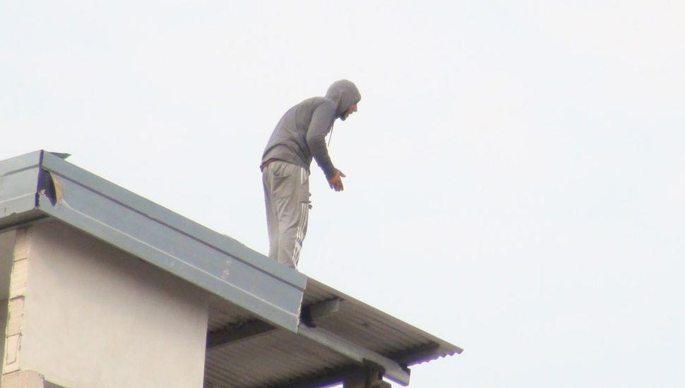 Una persona que declaró anteayer amenazó con tirarse de la terraza de un edificio situado en Álvarez Rodríguez, entre Mayor López y Avellaneda.