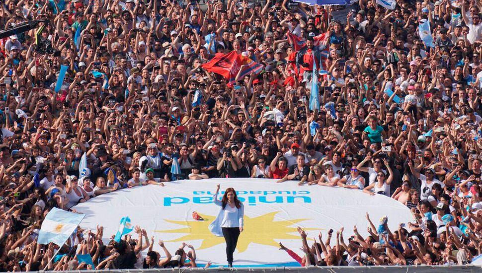 Cristina Kirchner cerró su campaña con fuertes críticas a Macri