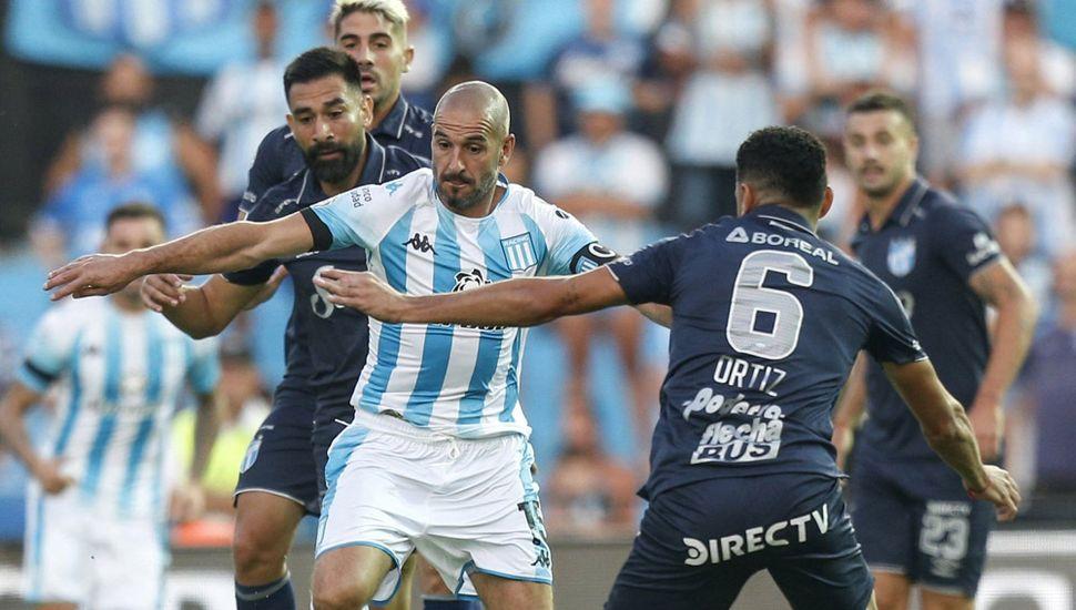 Lisandro López encabeza un ataque de Racing, en el empate 1 a 1 ante Atlético Tucumán.