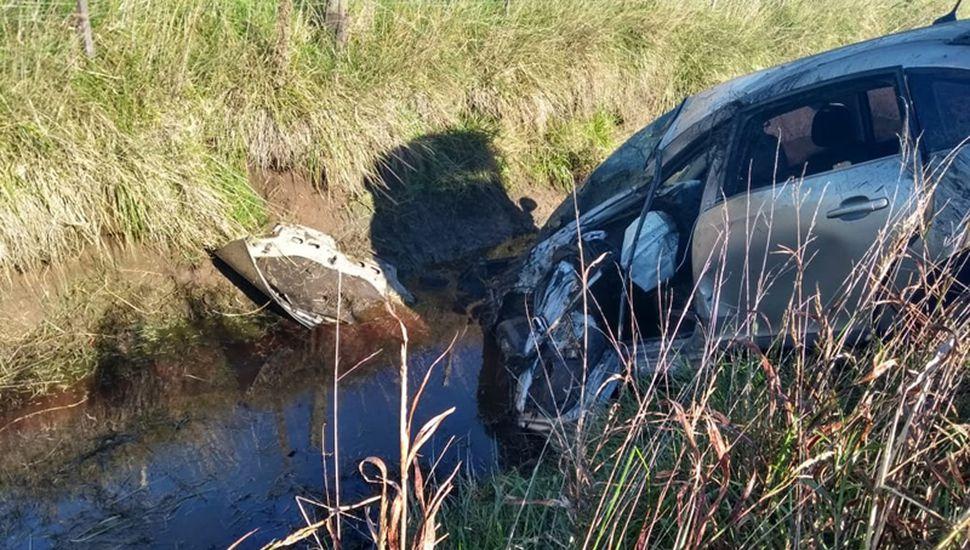 El Citroën c-4 que conducía la víctima fatal terminó en la banquina, en un canal con agua del préstamo.
