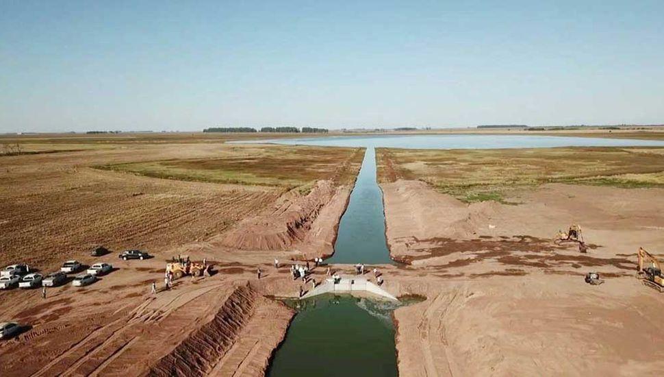 El canal construido en la Alternativa Norte mide aproximadamente 2400 metros, por el cual desagota agua por gravedad.