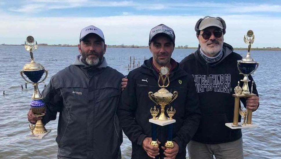 El ganador del concurso con devolución, Juan Pablo Bruno, junto a sus escoltas, Alberto Borgatello y Hernán Molina.