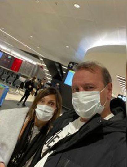 Dubois y su mujer, al llegar al aeropuerto de Ezeiza.
