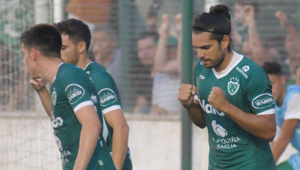 El delantero de Sarmiento, Pablo Magnín, goleador del torneo, y un festejo que querrá repetir el lunes, en Tucumán.