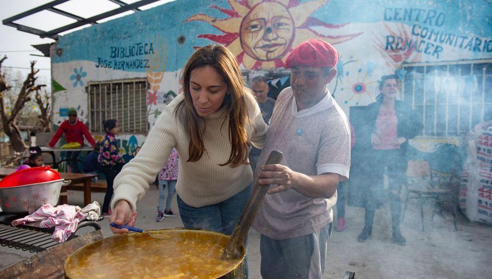 """María Eugenia Vidal hace campaña en territorio bonaerense, pero en el oficialismo se sigue impulsando el plan """"V"""" ante la caída de la imagen de Macri."""