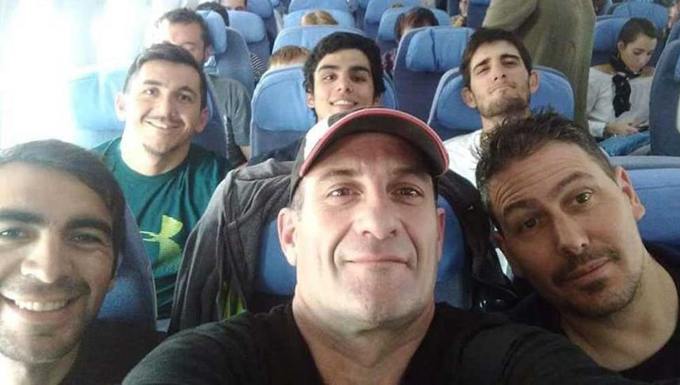 Los ciclistas argentinos viajaron a Alemania y en el  avión se observa, en segunda fila, al juninense Facundo Crisafulli y otros bikers del Team del SAT.