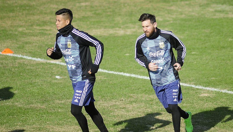 Maximiliano Meza busca la sociedad con Lionel Messi en el mediocampo
