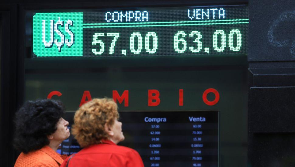 El cepo cambiario continuará para mantener la calma en la cotización del dólar.