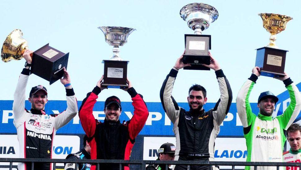 Podio de ayer en el autódromo salteño, con los ganadores de ambas carreras del Top Race V- 6 y del Top Race Series compartiendo la ceremonia de premiación.