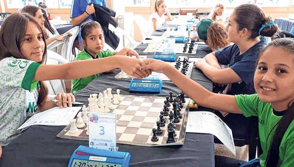 Sofía Bontempi (izquierda) se saluda con su rival, la correntina Daiana Fernández, a quien venció la ajedrecista juninense en el debut.