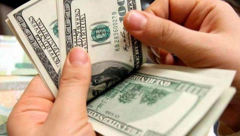 El dólar volvió a bajar y cerró en $62,986 promedio