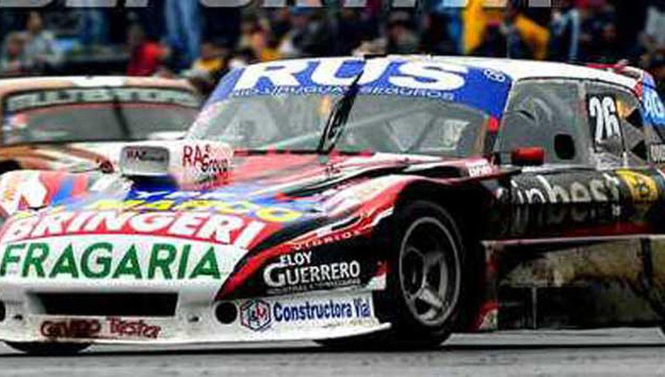 Gabriel Fernando Ponce de León y el Ford Falcon N° 26 con el cual hizo podio en la última carrera de Rosario, al terminar tercero.