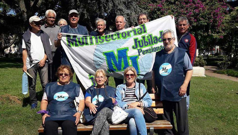 Integrantes de la Multisectorial en su marcha N° 65 en la plaza 25 de Mayo, en reclamo de los derechos de los jubilados.