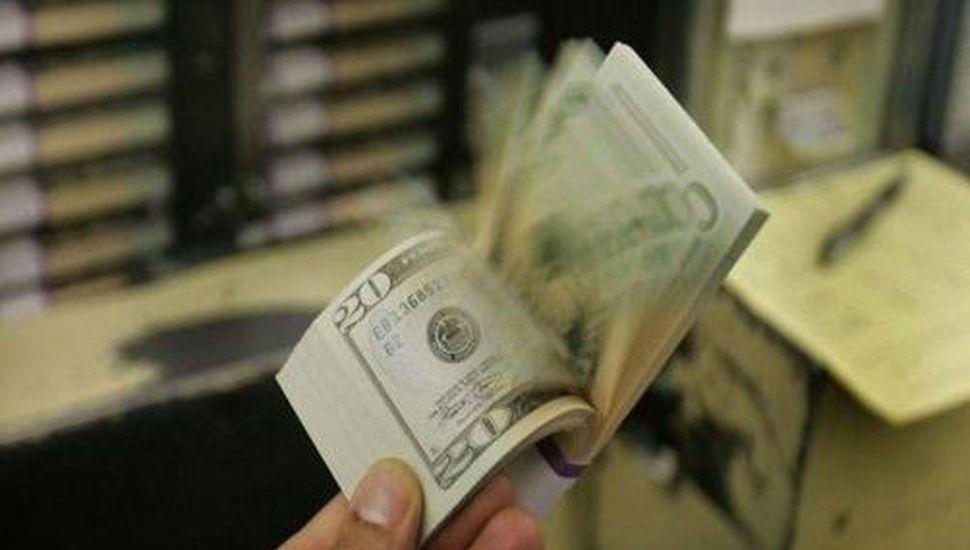 El dólar cerró la semana a $61 y el riesgo país se disparó por encima de los 2500 puntos
