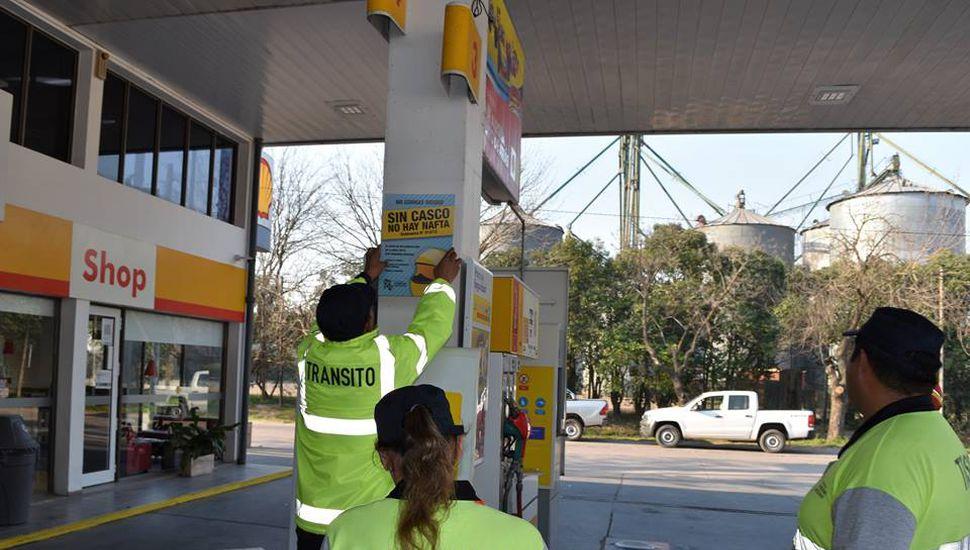 """Ameghino: colocan los carteles """"sin casco no hay nafta"""""""