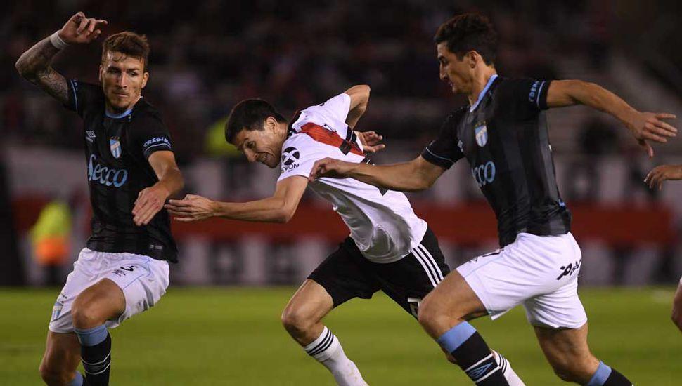 Ignacio Fernández, autor del primer gol de River, quiere escapar ante dos rivales