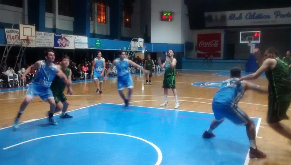 Un pasaje del partido jugado anoche en Chacabuco.
