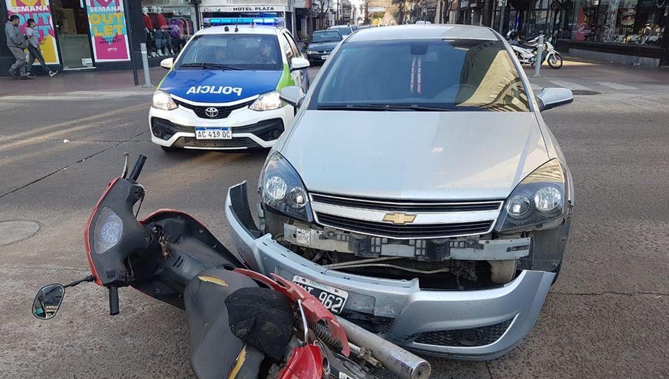 La moto y el auto, protagonistas del accidente.